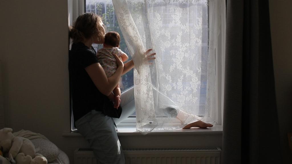 MOTHERS (DIR. GLORIA KURNIK) (UK) (0:55)